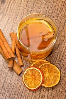 Tee mit orangen und zimt