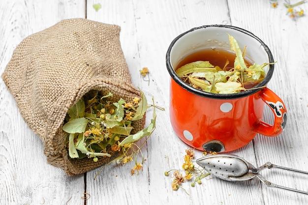 Tee mit trockener linden