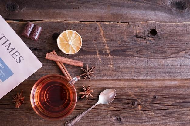 Tee mit zimt und zitrone auf einem hölzernen hintergrund