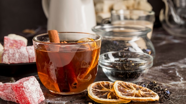 Tee mit zitrone auf dem schreibtisch