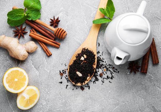 Tee mit zitrone, minze, zimt und ingwer