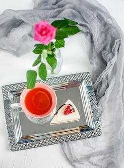 Tee mit zitrone steht auf einem tablett und kuchen. frühstück. das konzept
