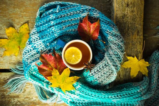 Tee mit zitrone und gewürzen