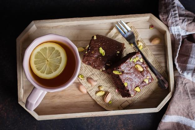 Tee mit zitrone und minze blatt mit hausgemachten keks brownie mit pistazien zum frühstück