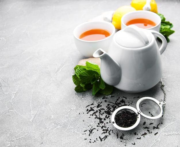 Tee mit zitrone und minze