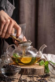 Tee mit zitronenscheiben