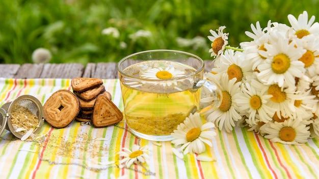 Tee mit zusatz von kamillenblättern.