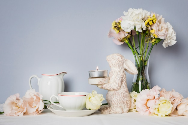 Tee neben schönen dekorationen