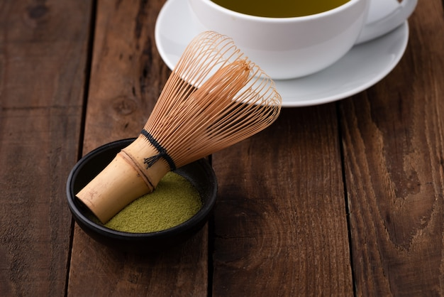 Tee-schneebesen für matcha auf holz