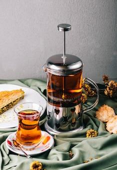 Tee serviert mit einem stück kuchen