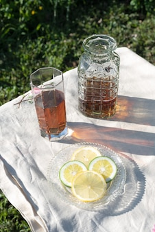Tee-softdrink-tisch mit flasche und zitronen-limetten-scheiben