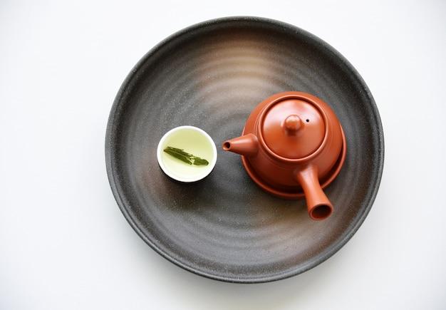 Tee stevia auf keramikplatte