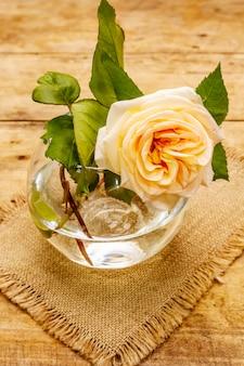 Tee stieg in einer glasvase auf. romantisches stimmungskonzept