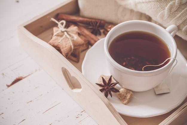 Tee-tablett und pullover