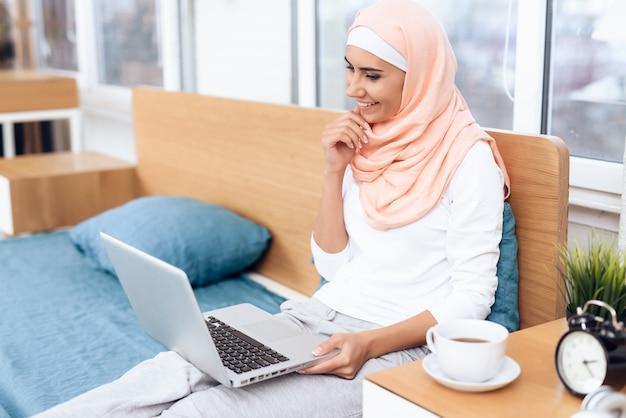 Tee trinken und am computer arbeiten.