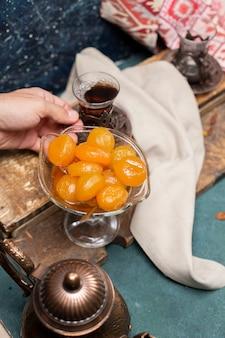 Tee und aprikosenmarmelade auf dem tisch