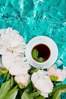 Tee und bouquet von weißer pfingstrose