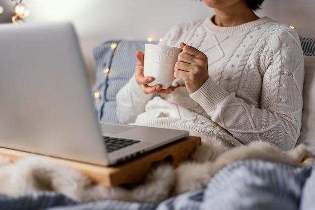 Tee und buch zum entspannen