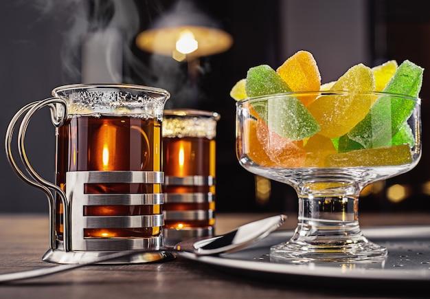 Tee- und geleesüßigkeiten in einer glasvase