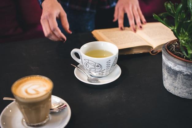 Tee und kaffee brechen mit einem buch