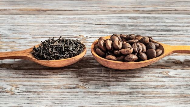 Tee und kaffee in holzlöffeln. wahl zwischen tee und kaffee