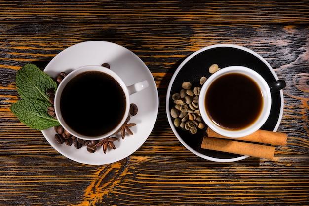 Tee und kaffee zentriert auf dunklem tisch