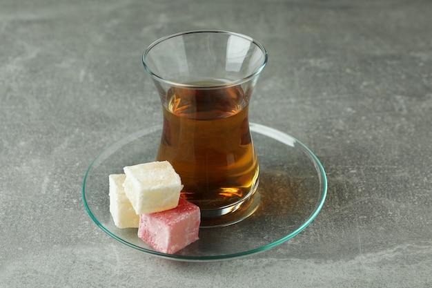 Tee und köstlicher türkischer genuss auf grau