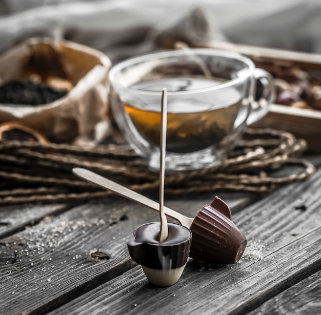 Tee und praline am stiel