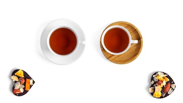 Tee und rohe schokolade auf einem weißen hintergrund