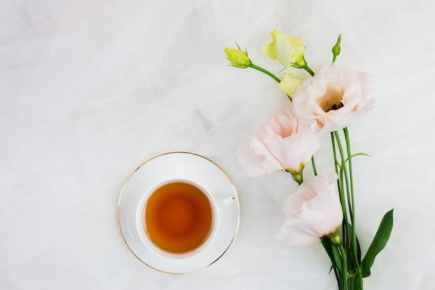 Tee und rosen in flachen lagen