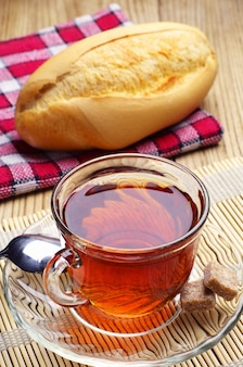 Tee und weißbrot auf tischnahaufnahme