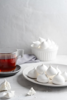 Tee und weißes hausgemachtes baiser