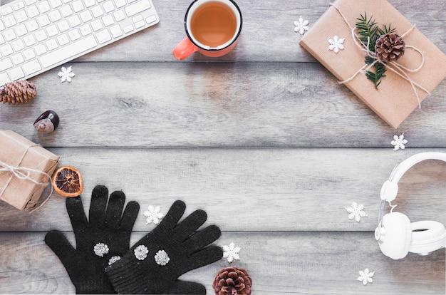 Tee und winter symbole in der nähe von geräten