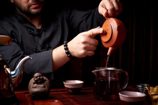 Tee-zeremonie. die traditionelle art, tee zu machen.