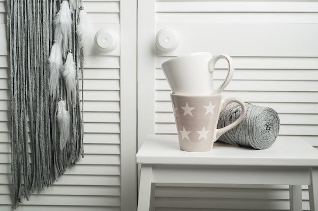 Teebecher im weißen schlafzimmerinnenraum