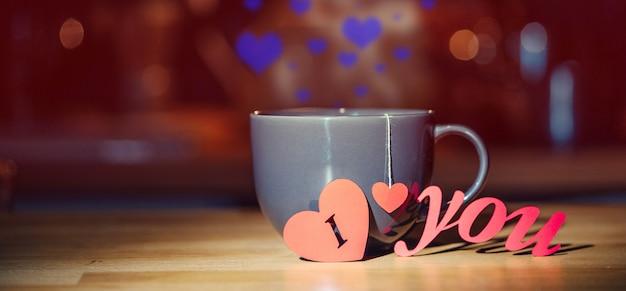 Teebecher mit der aufschrift ich liebe dich. abendstimmung zum valentinstag.