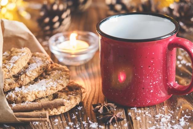 Teebecher mit hausgemachten haferkeksen, zimt und anissamen