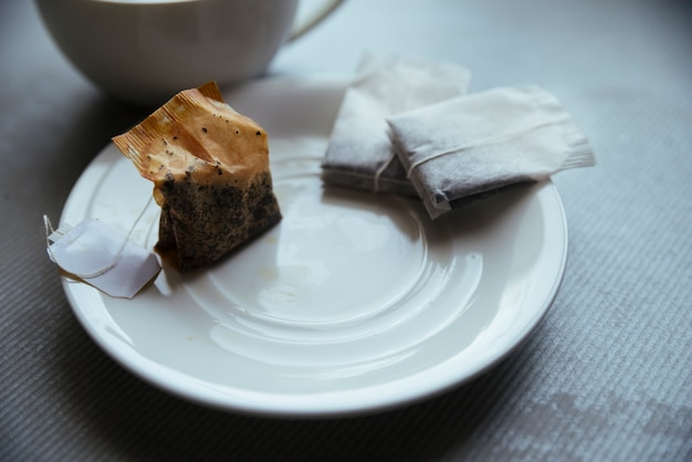 Teebeutel auf vorderansicht der kleinen platte