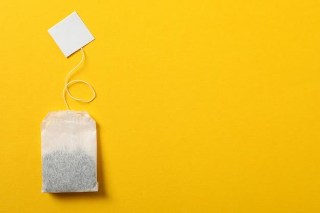 Teebeutel mit etikett auf gelb, platz für text