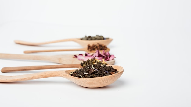 Teeblätter auf hölzernem löffel