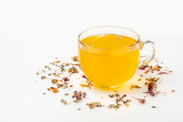 Teeblatt und tasse grüner tee. bio-kräutergetränk