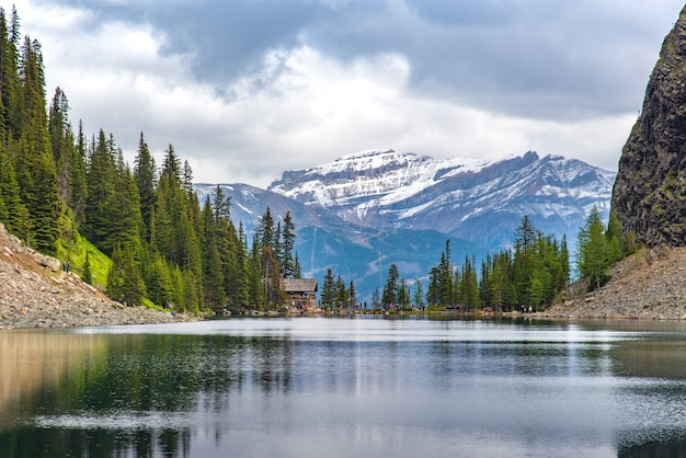 Teehaus auf dem wanderweg am lake louise mit vielen wanderern rund um die welt