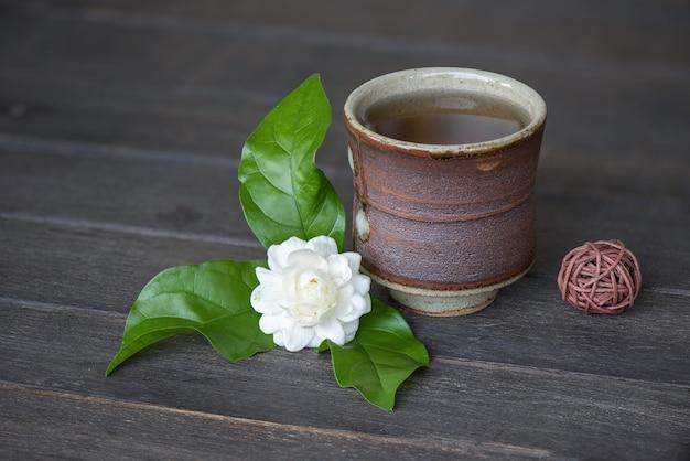 Teejasminblume auf einem alten hölzernen hintergrund.