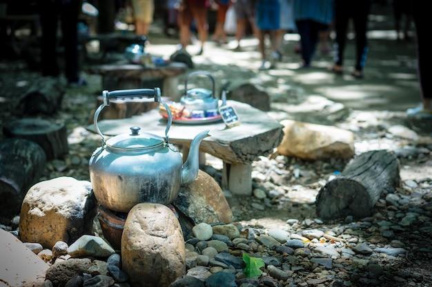 Teekanne bereit zum trinken des tees im markt, teekonzept brauend
