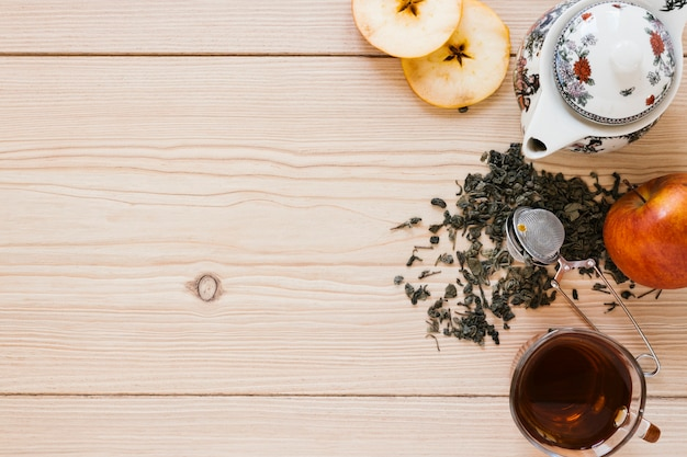 Teekanne mit apfel- und kopienraum