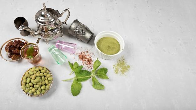 Teekanne mit dattelfrucht, gewürzen und nüssen