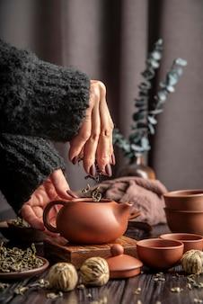 Teekanne mit kräutern