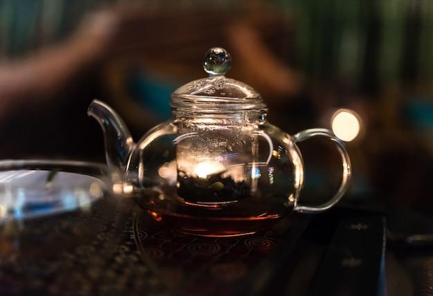 Teekanne mit kräutertee in intimer atmosphäre