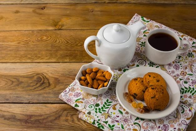 Teekanne und hausgemachte kekse