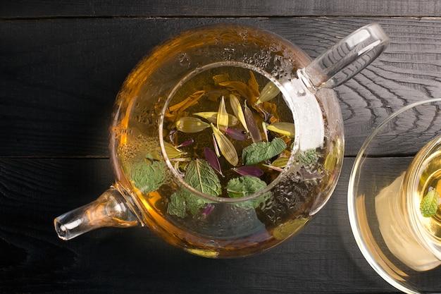Teekanne und tasse mit blumentee